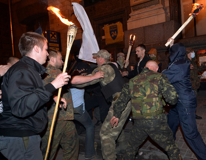 Pro-Kiev activists clash with unknown ulta-nationalists activists to stop their march through the Independence Square in Kiev on April 29, 2014. (AFP Photo / Sergey Supinsky)
