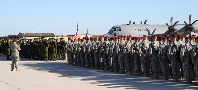 Lithuanian soldiers and US soldiers stand in front of an aircraft of the US air force at the air force base near Siauliai Zuokniai, Lithuania, on April 26, 2014. (AFP Photo)