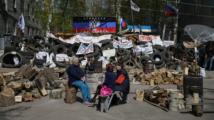 Anti-goverment protesters sit near barricades at the police headquarters in the eastern Ukrainian town of Slaviansk April 18, 2014. (Reuters/Gleb Garanich)