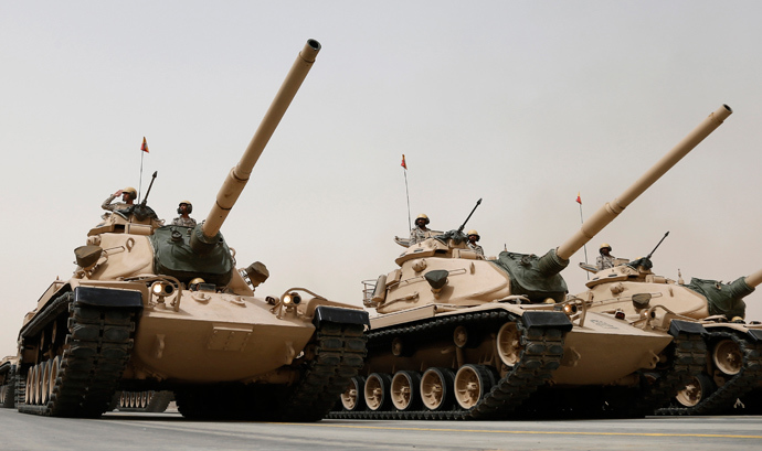 Tanks roll during Saudi security forces' Abdullah's Sword military drill in Hafar Al-Batin, near the border with Kuwait April 29, 2014 (Reuters / Faisal Al Nasser)