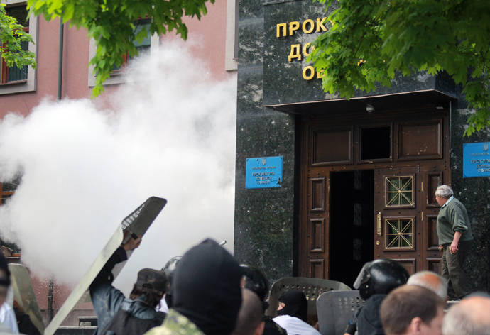 Federalization supporters storm the Donetsk Region's prosecutor's office in Ukraine (RIA Novosti / Vitaliy Belousov)