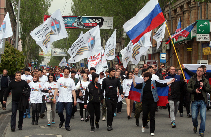 Ukrainians wave flags of the Russian Block as they march during a rally marking May Day in the eastern Ukrainian city of Donetsk on May 1, 2014 (AFP Photo / Alexander Khudoteply)