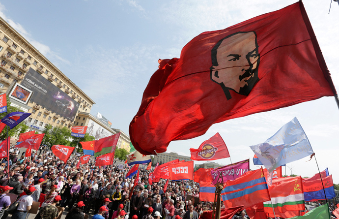 Communist supporters take part in a May Day rally in the eastern Ukrainian city of Kharkov, May 1, 2014 (Reuters / Konstantin Chernichkin)