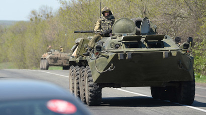Human chains of E. Ukrainian residents block Kiev troops, APCs near Slavyansk (VIDEO)