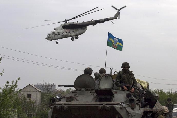 A Ukrainian military helicopter flies near a Ukrainian checkpoint near the town of Slavyansk in eastern Ukraine May 2, 2014 (Reuters / Baz Ratner)
