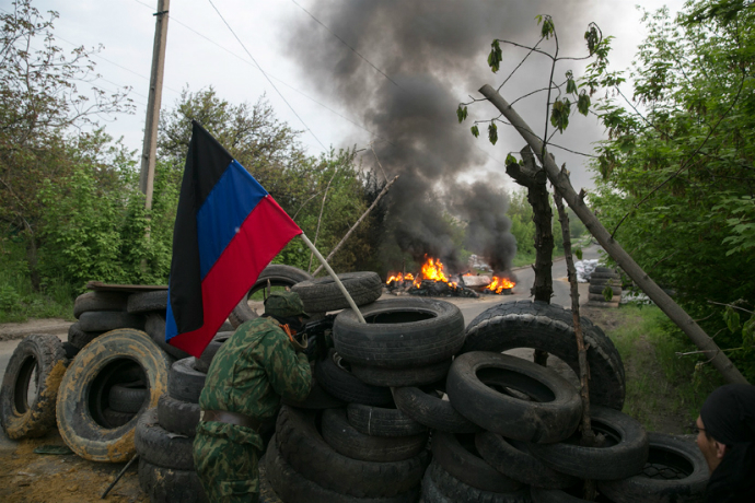 Self-defense activists guard a checkpoint near Slavyansk on May 2, 2014 (Reuters / Baz Ratner)