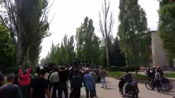 'Go back to Kiev, fascists!': Outraged locals chase off Ukrainian troops (VIDEO)