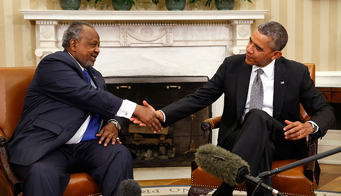 U.S. President Barack Obama meets with President Ismail Omar Guelleh of Djibouti in the Oval Office of the White House in Washington May 5, 2014 (Reuters / Kevin Lamarque)