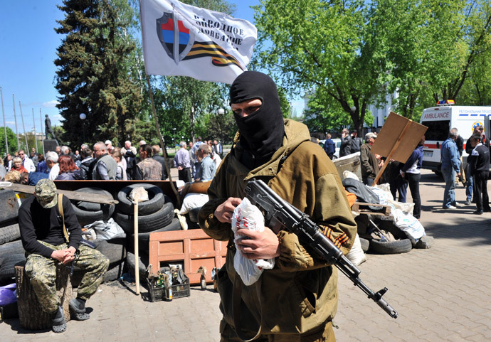 Armed pro-Russian militiants guard a barricade outside the regional state building in Kramatorsk, eastern Ukraine, on May 6, 2014.(AFP Photo / Genya Savilov)