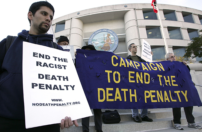 Opponents of the death penalty carry signs during a rally opposing the death penalty (AFP Photo / Justin Sullivan)