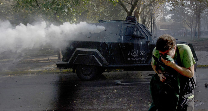 Students clash with riot police during a protest against the education system, in Santiago, on May 8, 2014. (AFP Photo)