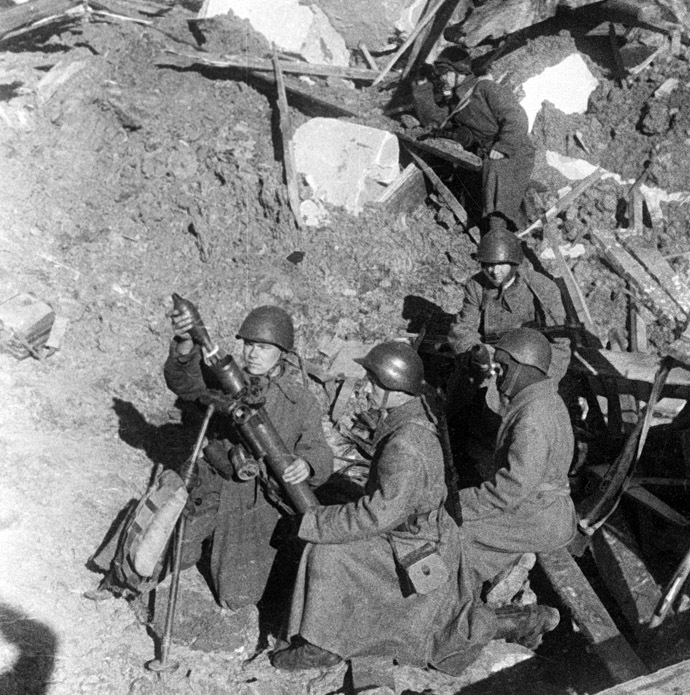 Soviet mortar men in Stalingrad (now called Volgograd). 01.10.1942. Photo by Yakov Ryumkin. (RIA Novosti)