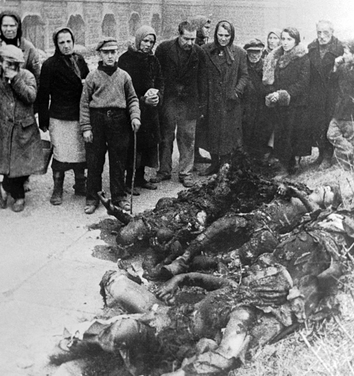 Residents of the city of Poltava, Ukraine, looking at bodies of partisans, who were burnt alive by the Nazi. 23.09.1943. Photo by Yakov Ryumkin. (RIA Novosti)