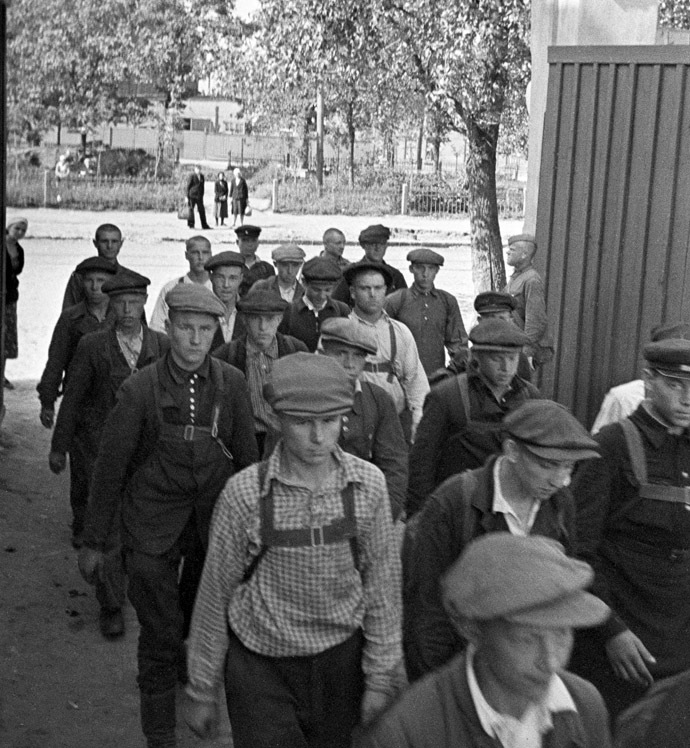 Enlisting in the Army. Recruits entering Voroshilov Barracks in Moscow. June 23, 1941. Photo by Anatoly Garanin. (RIA Novosti)