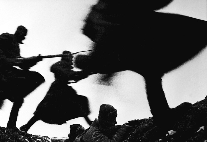 Soldiers attacking. 01.11.1941. Photo by Dmitry Baltermants. (RIA Novosti)