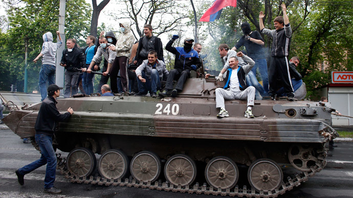 Citizens block APCs shooting their way through Mariupol (VIDEOS)