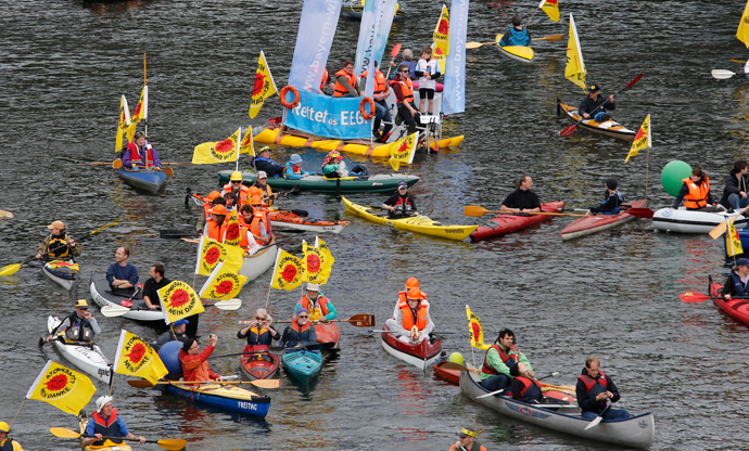 Demonstrators use boats on the river Spree during a protest for Germany's shift to green energy and away from nuclear power and fossil fuels in Berlin May 10, 2014 (Reuters / Fabrizio Bensch)