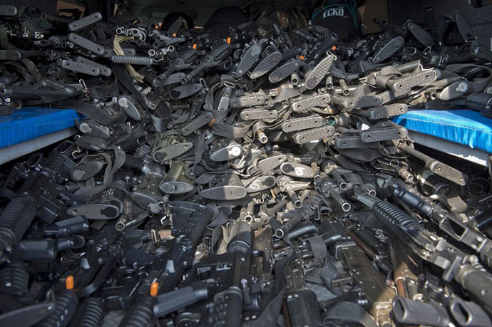 Hundreds of assault rifles to be delivered to the newly created rural police are pictured in Tepalcatepec, Michoacan State, Mexico, on May 10, 2014. (AFP Photo / Ronaldo Schemidt)