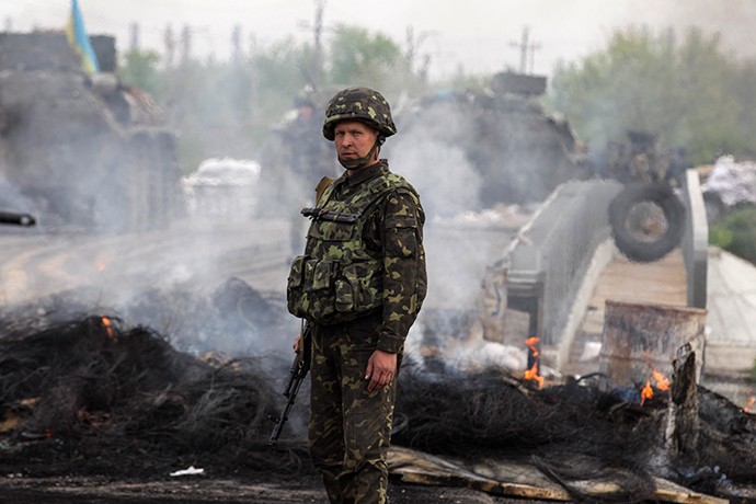 A Ukrainian soldier looks on at a Ukrainian checkpoint near the eastern town of Slavyansk May 2, 2014 (Reuters / Baz Ratner)