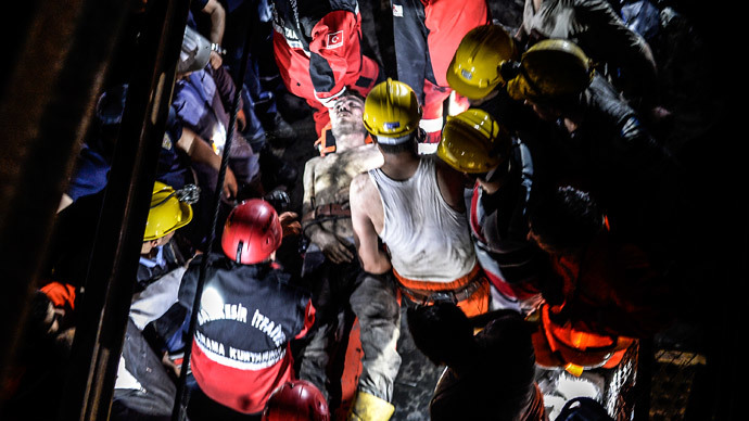 An injured miner came out carried by rescuers after an explosion in Manisa on May 13, 2014.(AFP Photo / Bulent Kilic)