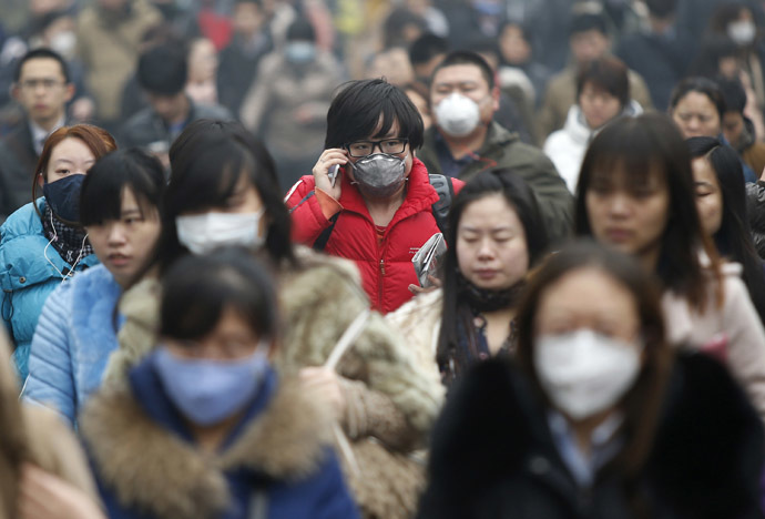 Commuters wearing masks make their way amid thick haze in the morning in Beijing February 26, 2014. (Reuters/Kim Kyung-Hoon)