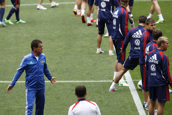 Russia's soccer team manager Fabio Capello (L) gives instructions to his players during a training session at Luz Stadium in Lisbon June 6, 2013. (Reuters/Hugo Correia)