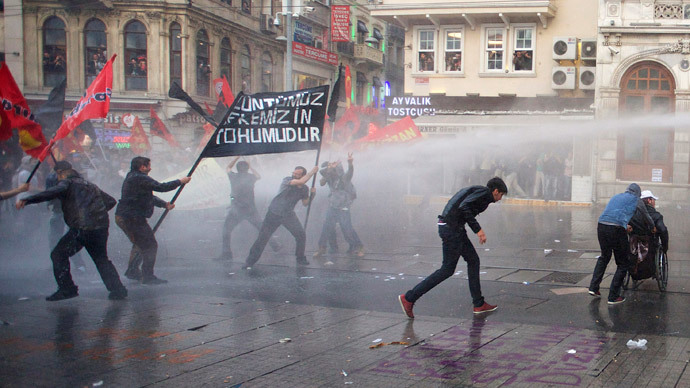 Protesters run away from water canon fired by the riot police during a demonstration blaming the ruling AK Party (AKP) government for the mining disaster in western Turkey, in central Istanbul May 14, 2014.(Reuters / Cevahir Bugu )