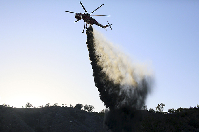 A Helicopter assists in fighting fire at the Ranch Fire near San Diego, California May 13, 2014. (Reuters / Sandy Huffaker)