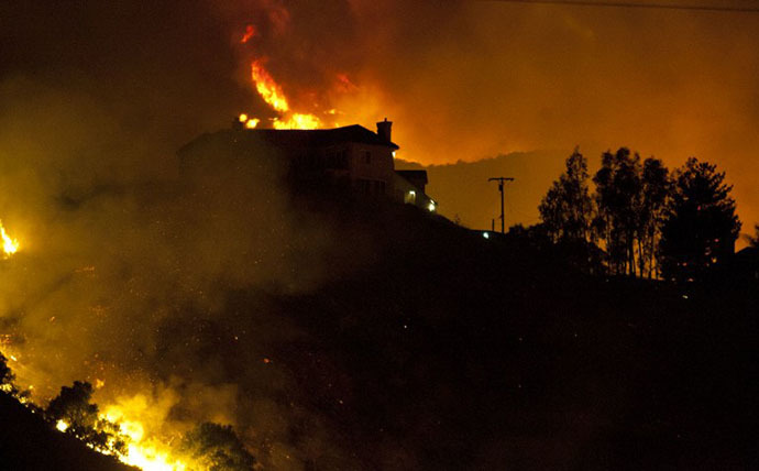 A wildfire threatens homes in San Marcos, California, on May 15, 2014. (AFP Photo / Jorge Cruz)