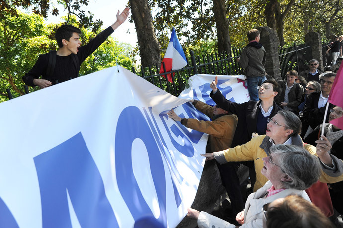 "Anti-gay marriage protesters of 'La Manif pour tous' (R) clash with a student (L) as they protest against the so called 'Ce que souleve la jupe' ( ""What raises the skirt?"") event in high schools on May 15, 2014, in front of the Clemenceau high school in Nantes, western France. (AFP Photo / Jean-Sebastien Evrard )"