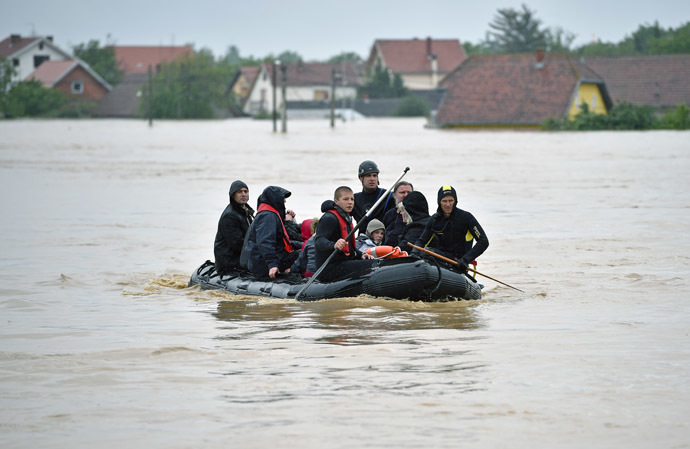 Serbian emergency services workers evacuate people from floodwaters in the town of Obrenovac, 40 kilometers west of Belgrade, on May 16, 2014. (AFP Photo/Andrej Isakovic)
