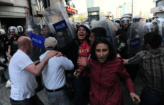 Protesters scuffle with riot police during a demonstration to blame the ruling AK Party (AKP) government for the mining disaster in western Turkey, at Taksim square in central Istanbul May 17, 2014 (Reuters / Yagiz Karahan)