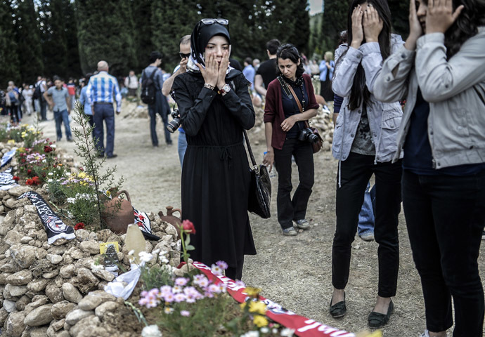 People mourn in a graveyard on May 16, 2014 in the western town of Soma after an explosion and a fire in a coal mine killed at least 284 workers three days ago. (AFP Photo/Bulent Kilic)