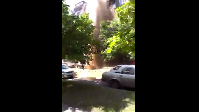 Burst water main creates 5-story spout, destruction in Russian city (VIDEO)
