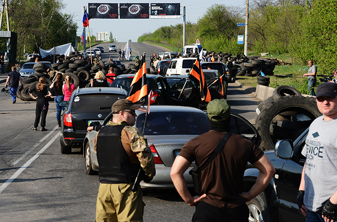 Activists of the South-East movement and Ukrainian presidential candidate Oleg Tsarev make a stop at the checkpoint during a motor rally from Makeyevka to Slavyansk. (RIA Novosti / Natalia Seliverstova)