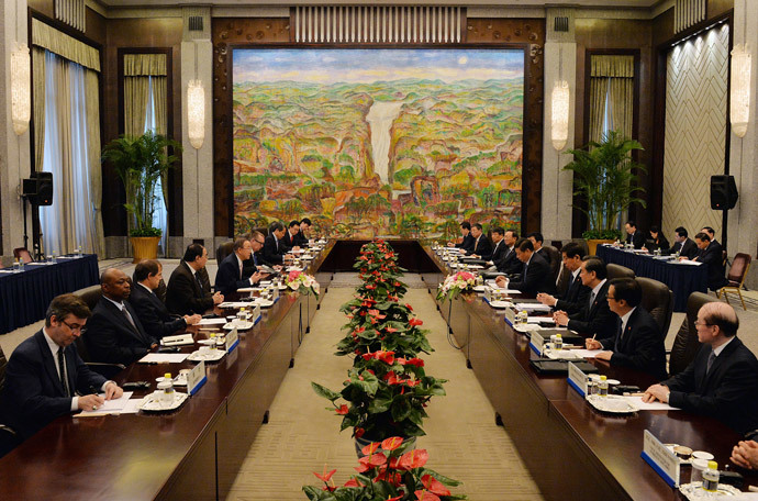 United Nations Secretary-General Ban Ki-moon (center L) meets with the Chinese President Xi Jinping (center R) at the Xijiao State Guesthouse on the eve of the fourth CICA summit in Shanghai on May 19, 2014. (AFP Photo / Mark Ralston)