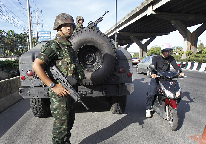 Thai soldiers take up a position on a main road in Bangkok May 20, 2014. (Reuters / Chaiwat Subprasom)