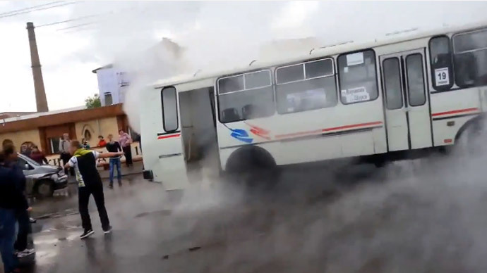 ​Screaming passengers flee bus from scalding jet of steam (VIDEOS)