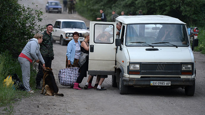 Local residents are evacuated from the village on the outskirts of the Lisichansk city, Lugansk Region of south-eastern Ukraine on May 22, 2014 (RIA Novosti / Evgeniy Biyatov)