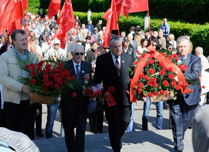 Representatives of the Ukrainian Communist Party and their leader Pyotr Simonenko (R), lay flowers at the Eternal Flame at Eternal Glory Park in Kiev. (RIA Novosti / Alexandr Maksimenko)