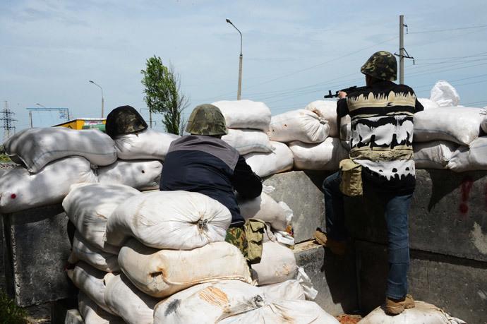 Fighters of the Donbass People's Militia at a checkpoint near Peski village. (RIA Novosti / Natalia Seliverstova)
