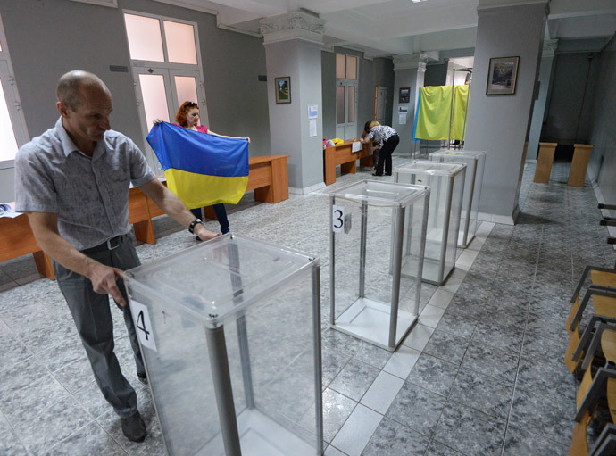 Members of an electoral commission prepare a polling station for Ukraine's presidential election, in Kiev. (RIA Novosti / Mikhail Voskresenskiy)