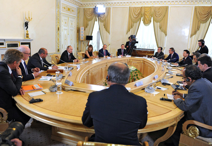 24 May 2014. Russian President Vladimir Putin, fourth from left, meets with heads of the world's leading news agencies on the sidelines of the St. Petersburg International Economic Forum in Konstantinovsky Palace. (RIA Novosti/Michael Klimentyev)