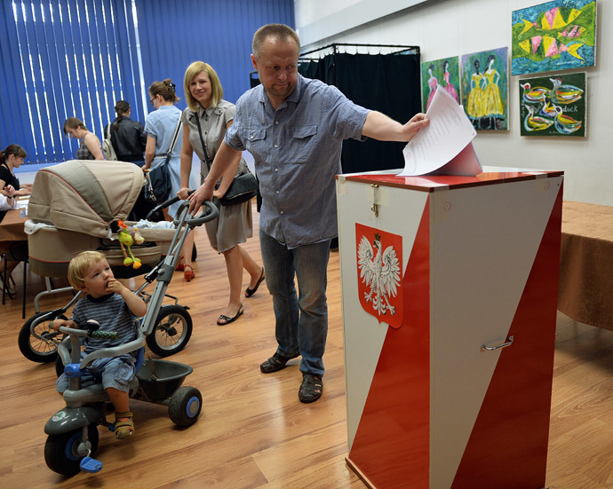 A man casts his ballot for the European Parliament elections on May 25, 2014 at a polling station in Warsaw. (AFP Photo / Janek Skarzynski)