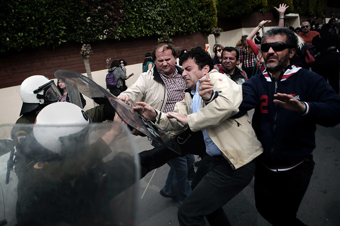 School teachers clash with riot police near Education Ministry as they protest against government' reform in Athens on April 4, 2014. (AFP Photo / Angelos Tzortzinis)