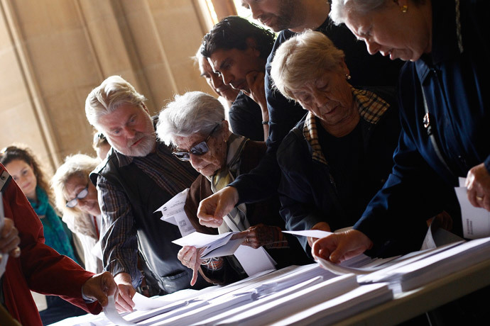 Locals queue to cast their votes for the European Elections in Barcelona on May 25, 2014. (AFP Photo / Quique Garcia)