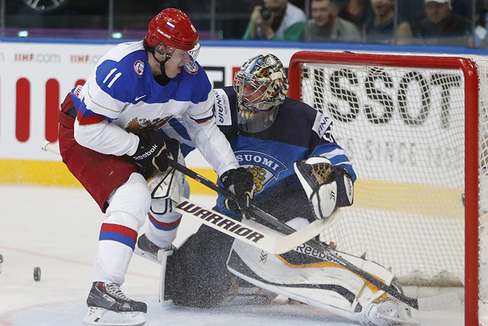 Russia's Yevgeni Malkin (L) challenges Finland's goalie Pekka Rinne during the first period of their men's ice hockey World Championship final game at Minsk Arena in Minsk May 25, 2014. (Reuters / Vasily Fedosenko)