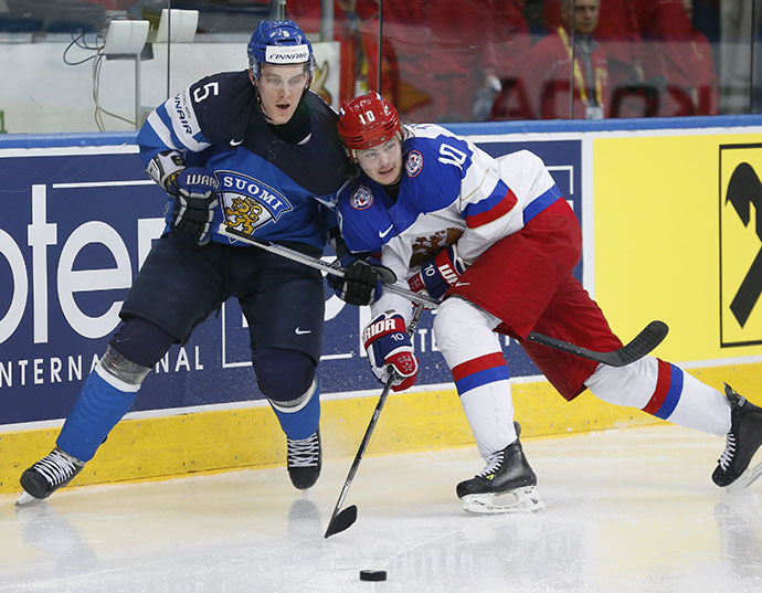 Russia's Viktor Tikhonov (R) passes in front of Finland's Atte Ohtamaa during the second period of their men's ice hockey World Championship final game at Minsk Arena in Minsk May 25, 2014. (Reuters / Vasily Fedosenko)