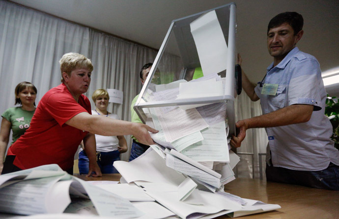 Members of the election commission empty ballot boxes in a polling station in Kiev May 25, 2014. (Reuters)