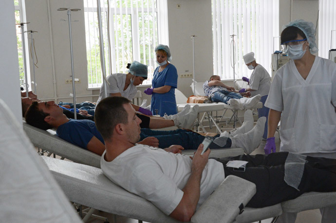 People donate blood for those injured in clashes between the Kiev forces and the self-defense in Donetsk on May 27, 2014. (RIA Novosti / Natalia Seliverstova)